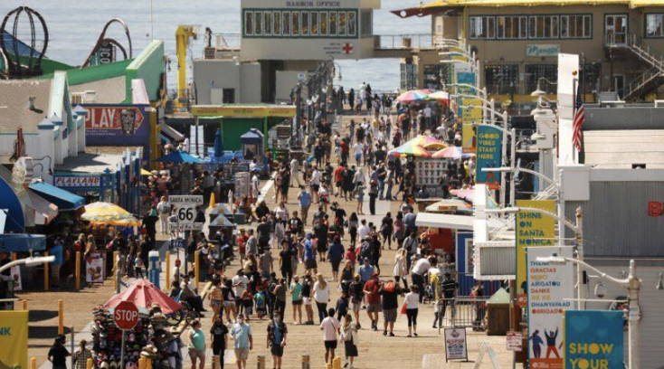 The+crowded+Santa+Monica+pier+pre-pandemic+